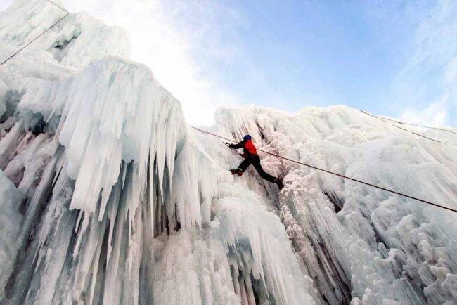 آبشار یخی هملون کجاست؟ ، صعود و یخ نوردی به جاذبه گردشگری شمشک و تماشای غارهای عجیبش