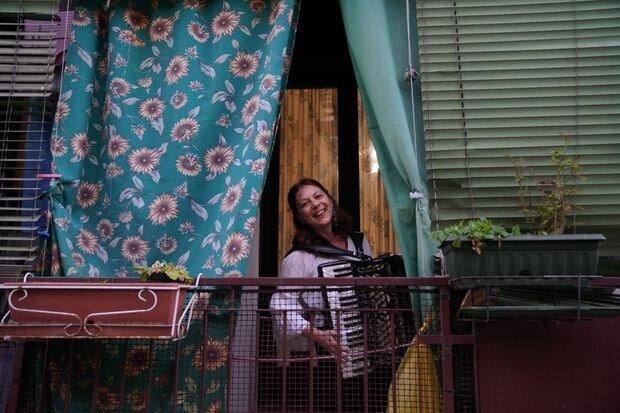فیلم ، خلاقیت های کرونایی ، از ساز و آواز ایتالیایی تا پارچه های تبریک ایرانی