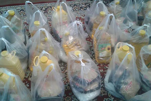 گروه جهادی منتظران ظهور ارزاق غذایی میان نیازمندان توزیع می کند