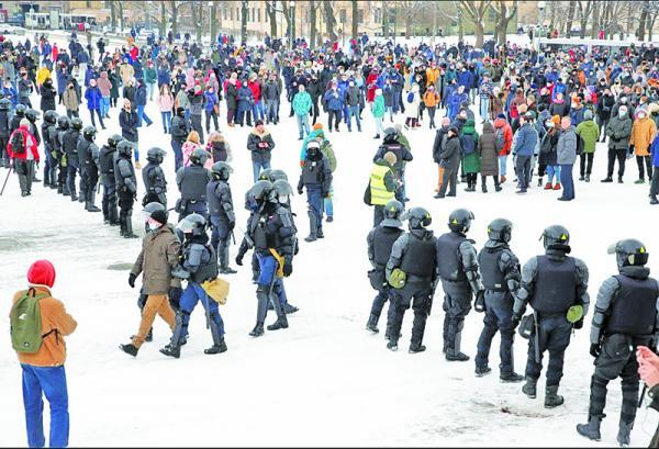 پوتین رویاروی پارازیت معترضان