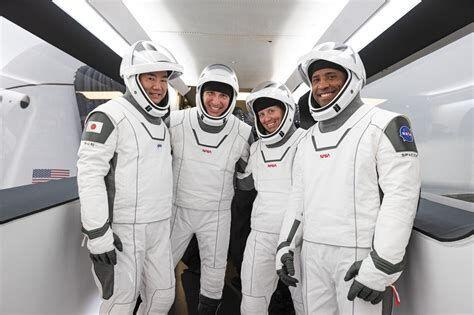 خبرنگاران بازگشت فضانوردان ماموریت کرو-1 بار دیگر به تعویق افتاد
